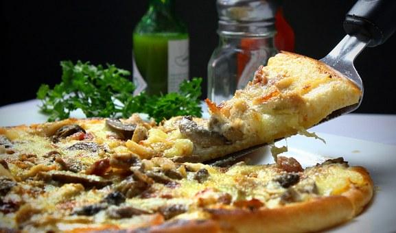 smakowita pizza w karpaczu